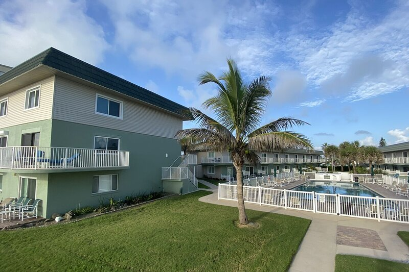 Oceanfront, second floor condo with shared pool, central AC, and free WiFi!, alquiler de vacaciones en Indian Harbour Beach