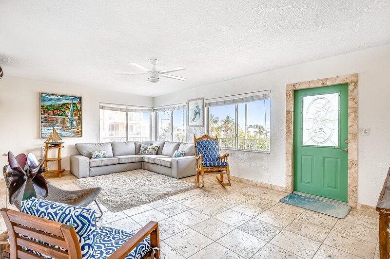 Family-friendly, two-story home near the ocean w/water views, dock, central A/C, alquiler de vacaciones en Sunset Point