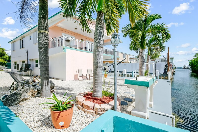 Colorful waterfront home w/ dock, ocean view, and central AC - snowbirds welcome, alquiler de vacaciones en Sunset Point