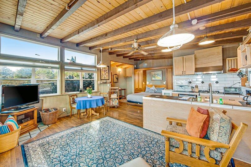 Serene & Relaxing Coastal Home w/ Free WiFi/Back Deck/Enclosed Yard/Ocean Views!, vacation rental in Mendocino