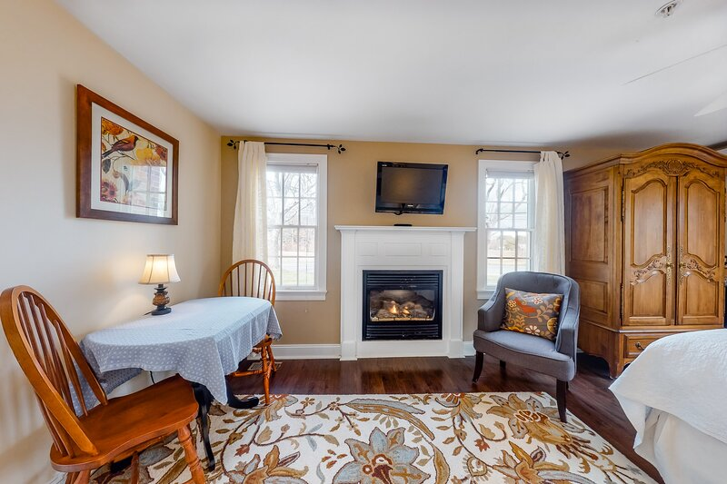 Adorable guest room w/ gas fireplace, shared pool, stunning garden area & WiFi!, Ferienwohnung in East Dennis