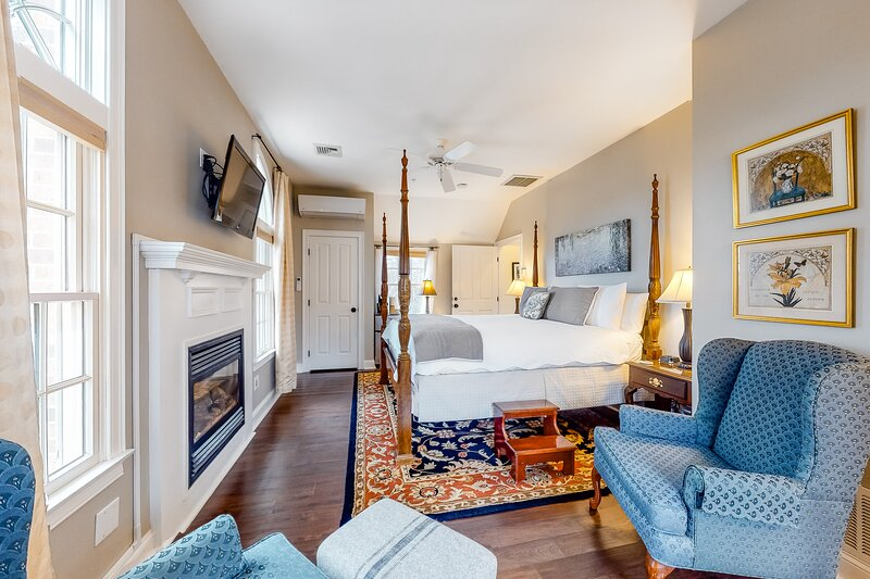 Absolutely charming suite w/ free WiFi, a gas fireplace, & a shared pool, Ferienwohnung in East Dennis