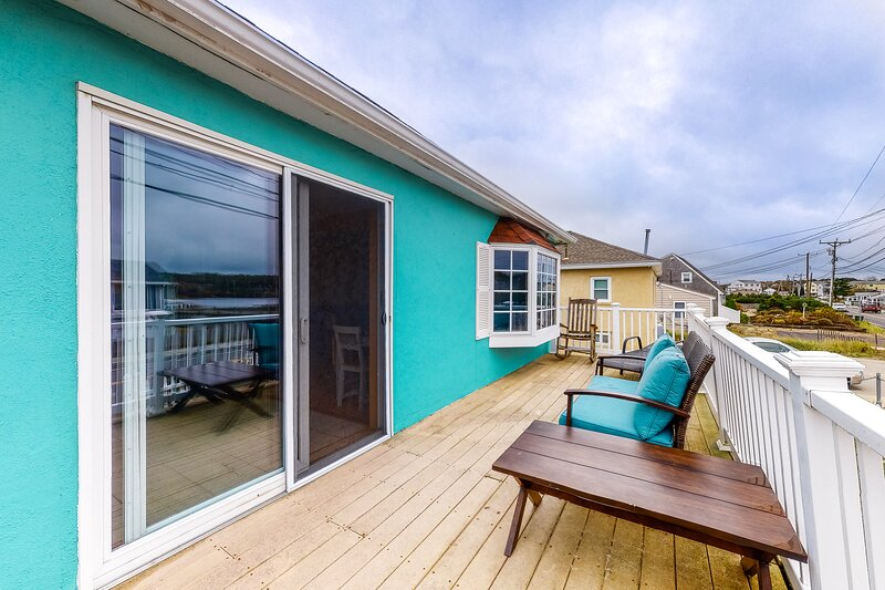 Beautiful beach home features private deck, free WiFi, board games, beach access, vacation rental in Manomet