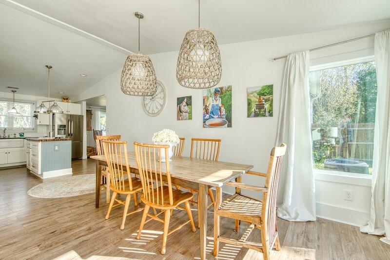 Breezy, renovated home w/ fenced yard, front porch & lovely living spaces!, location de vacances à Ladson