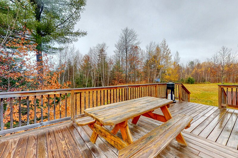 Gorgeous & secluded home w/Netflix streaming, free WiFi, deck, & firepit!, vacation rental in Rumford