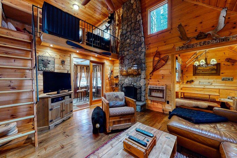 Dog-Friendly Lakefront Getaway w/ a Loft, Free WiFi, & a Wood-Burning Fireplace, location de vacances à Silver Lake