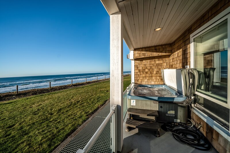 Oceanfront condo with private hot tub, ocean views, and high-speed WiFi, vacation rental in Neotsu
