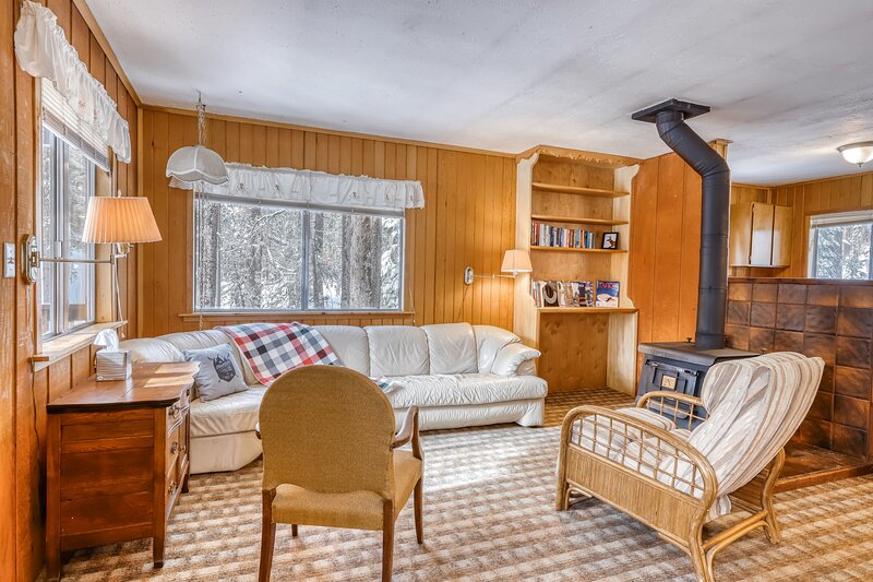 Cozy, dog-friendly cabin w/ a wood stove, private washer/dryer, & full kitchen, aluguéis de temporada em Norden