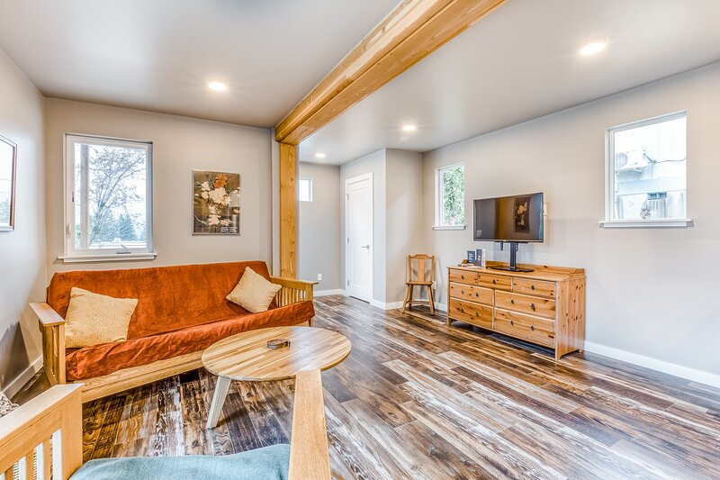 Beautiful storage container home w/ Columbia Gorge views & prime location!, alquiler vacacional en Home Valley