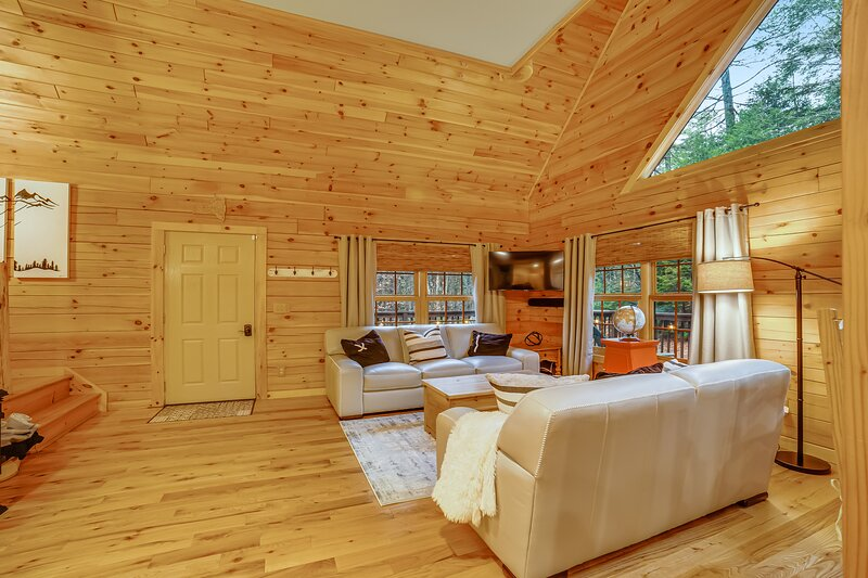 Private family-friendly home w/ game room, high-speed WiFi, & wraparound deck, location de vacances à Chestertown