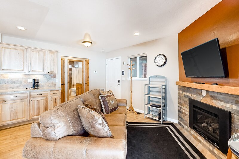 Mountain condo w/shared outdoor pool, hot tub, gas fireplace, and free WiFi, location de vacances à Kingsbury