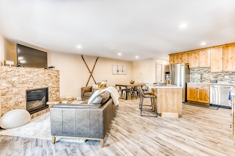 Dog-Friendly Mountain Condo with Shared Pool, WiFi, and Private Washer/Dryer!, location de vacances à Kingsbury