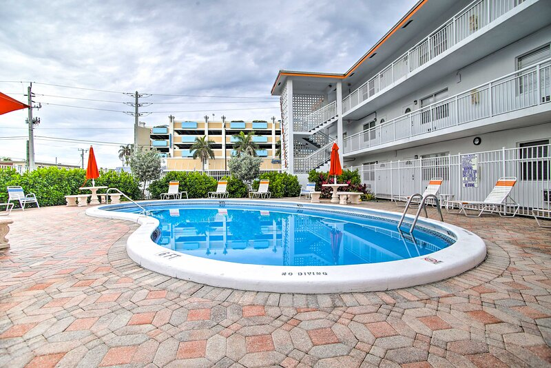 Apartment w/ Pool, 1-Block Walk to Deerfield Beach, alquiler vacacional en Boca Ratón