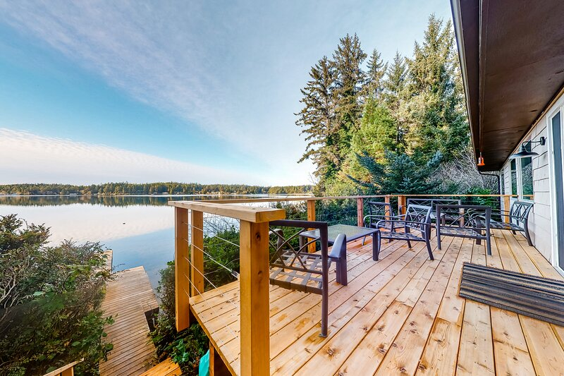 Lakefront Dream w/ Free WiFi, a Wood-Burning Fireplace, Private Dock, & Kayaks, vacation rental in Reedsport