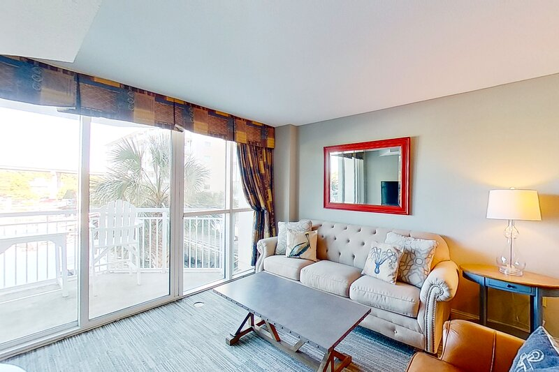 1st floor condo w/ WiFi, private W/D, shared hot tub, marina View, & shared pool, vacation rental in Longs