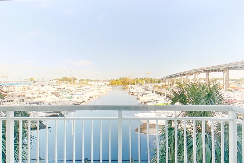 1st floor condo w/shared pool & hot tub/central AC/water view/WiFi/washer/dryer!, vacation rental in Longs