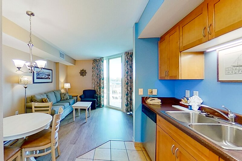 5th floor condo w/ shared hot tub, shared pool, private W/D, WiFi, & central AC, vacation rental in Longs