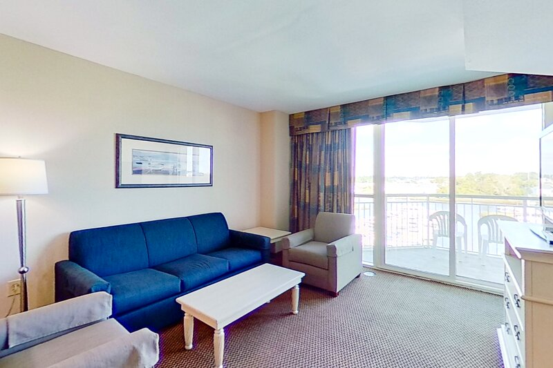 5th floor condo w/ central AC, shared pool, WiFi, marina View, & shared hot tub, vacation rental in Longs