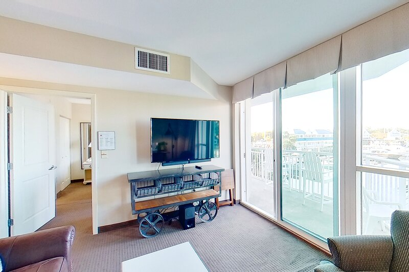 1st floor condo w/ marina View, WiFi, shared hot tub, shared pool, & central AC, vacation rental in Longs