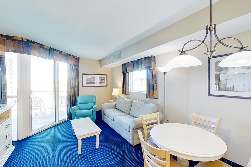 2nd floor condo w/ shared hot tub, private W/D, central AC, WiFi, & shared pool, vacation rental in Longs