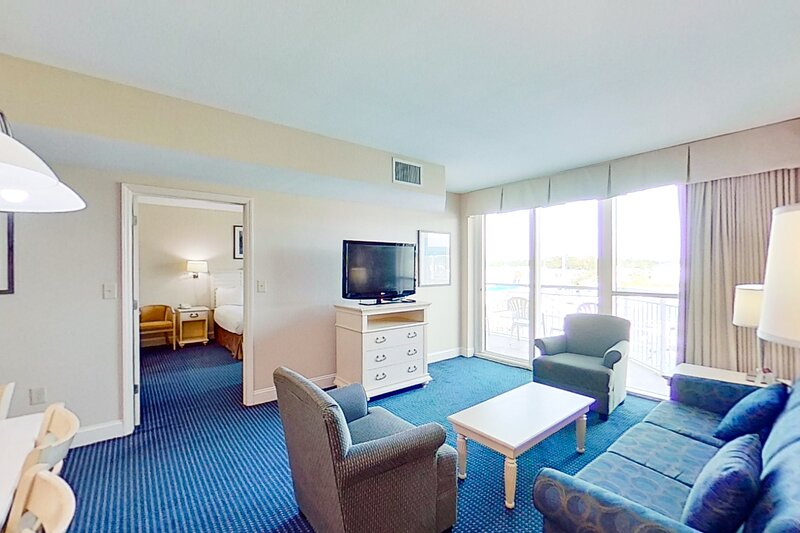 3rd floor condo w/ shared hot tub, WiFi, shared pool, marina View, & private W/D, vacation rental in Longs