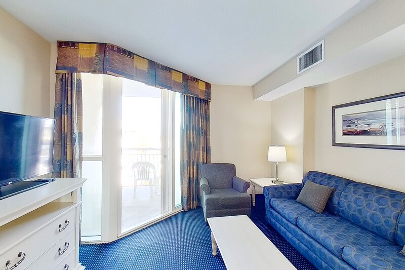 6th floor condo w/ central AC, W/D, shared hot tub, shared pool, & marina View, vacation rental in Longs