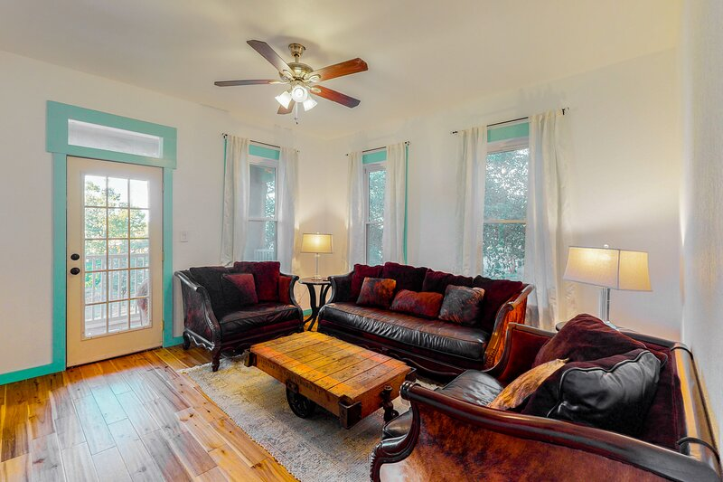 Stylish, 2-story home w/private & heated pool/free WiFi/central AC/washer/dryer!, casa vacanza a Alamo Heights