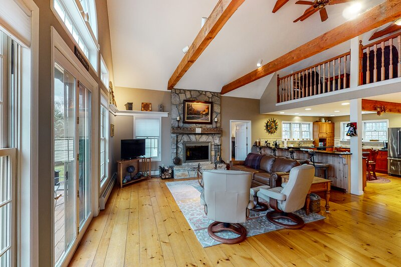 Magnificent Vermont home w/free WiFi, full kitchen, firepit, patio, & deck!, holiday rental in Cambridge