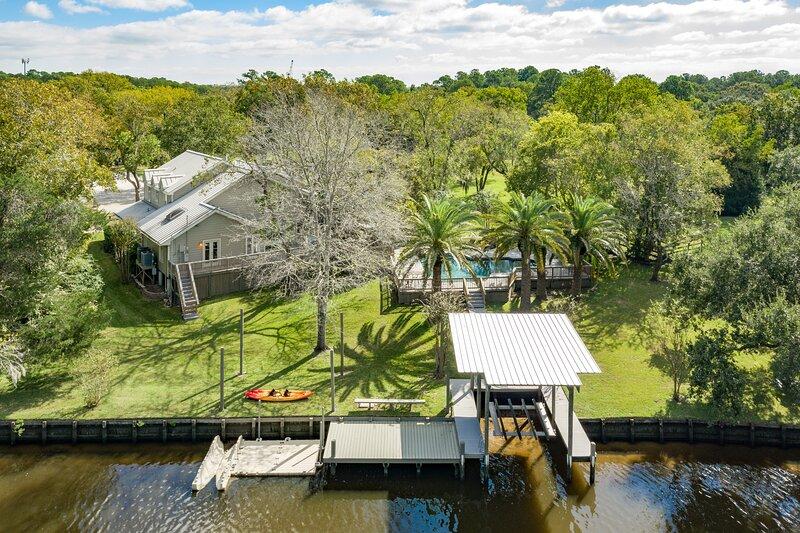 Immaculate waterfront retreat w/ a private pool, dock, & enclosed yard, aluguéis de temporada em League City