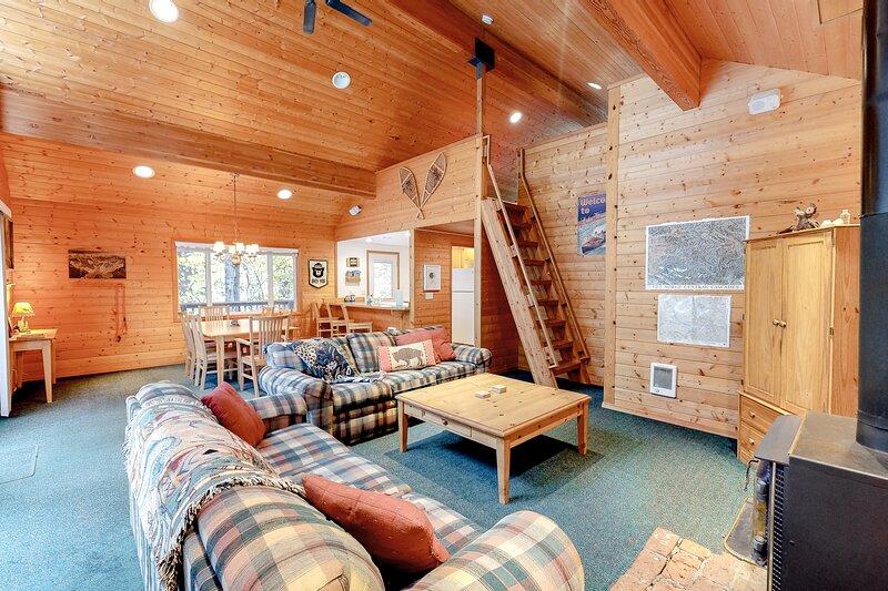 Quaint cabin near the lake & hiking w/ ping-pong, gas grill & wood stove!, aluguéis de temporada em Coles Corner
