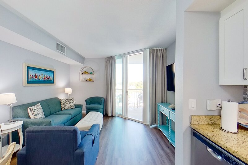 6th floor condo w/ private W/D, WiFi, shared pool, central AC, & shared hot tub, vacation rental in Longs