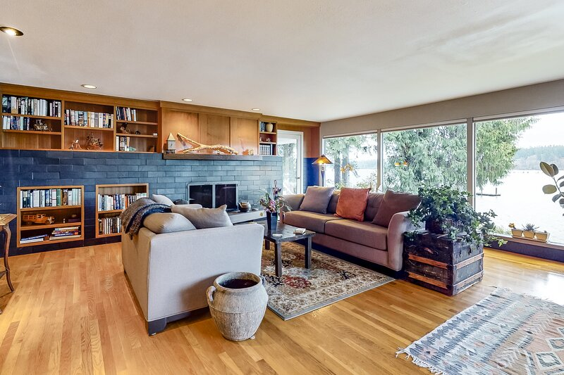 Waterfront home w/ Mt. Rainier and bay view, firepit & shore access - 1 dog OK!, holiday rental in Keyport