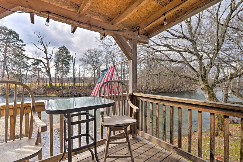 NEW! Little River 'Honey Hideaway' w/ River Tubes!, holiday rental in Maryville