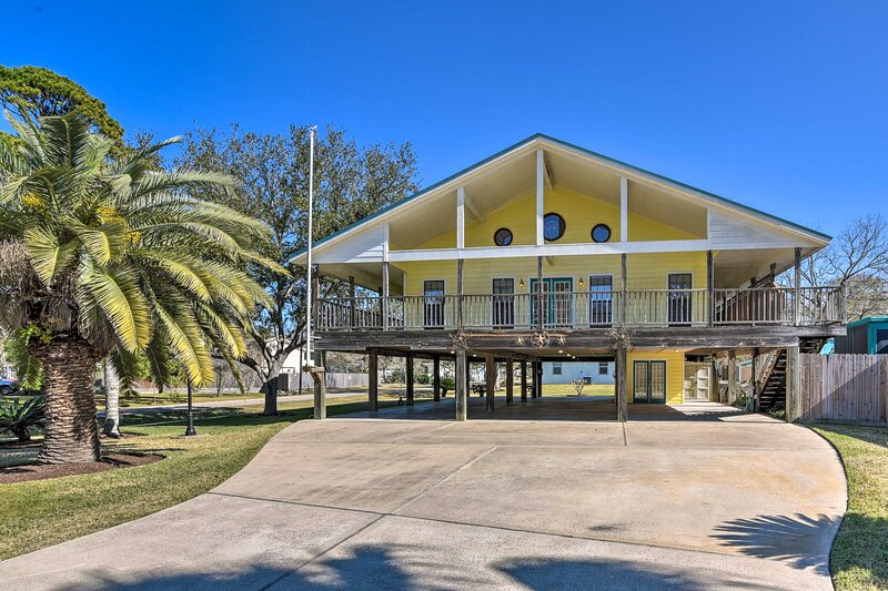 NEW! Seabrook Retreat w/ Deck: Walk to the Beach!, vacation rental in La Porte
