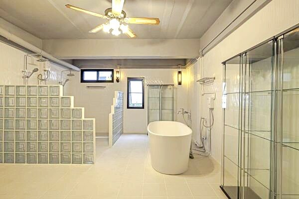 luxury town house that blends innovative design with a stunning location., holiday rental in Chang Phueak