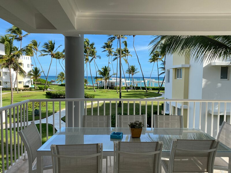 Beautiful BeachFront Condo + WIFI + HOUSEKEEPER, alquiler de vacaciones en Punta Cana