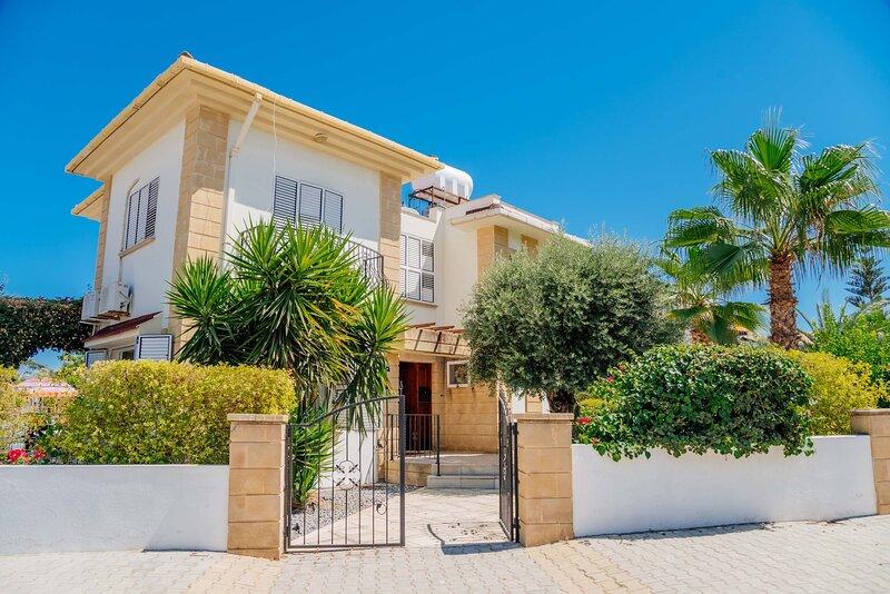 Kyrenia Villa, sleeps 6-8,Wifi,Private Pool,Mountain Views, location de vacances à Kyrenia