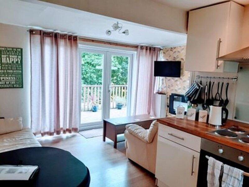 Inviting 2-Bed Cabin in Caernarfon, location de vacances à Bontnewydd
