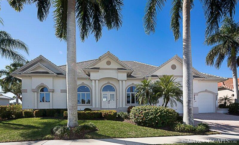 BLUE WATERS - Coastal Villa on the Bay, Walking Distance to Beach!, alquiler de vacaciones en Isla Marco