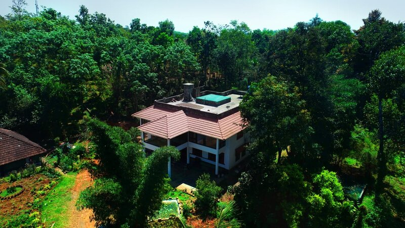 Traditional Nalukettu fusioned with colonial style amidst a farm., casa vacanza a Thirunelly