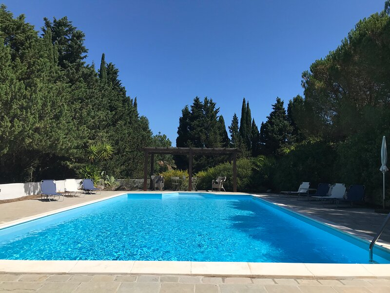 Puglia Country Estate. Valle d'Itria.  Private pool and 5 acres rolling grounds., casa vacanza a Martina Franca