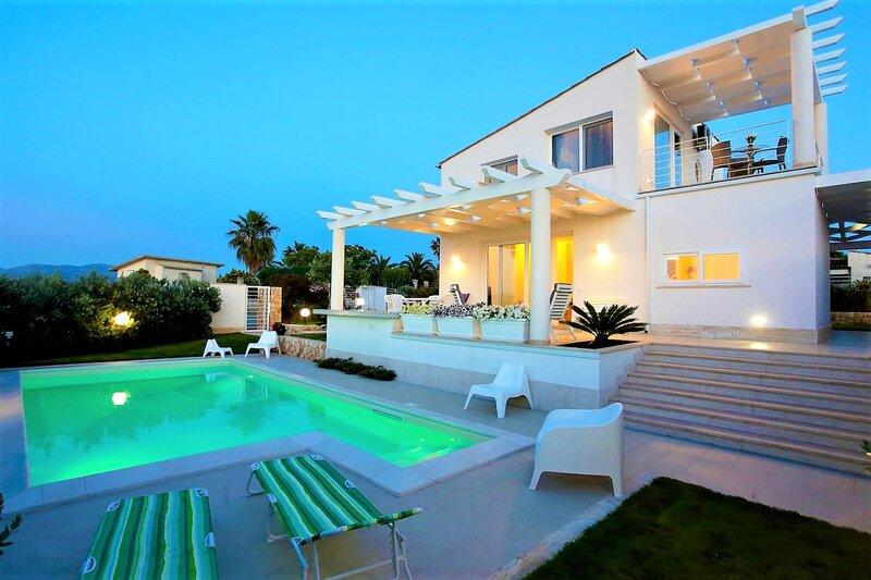 Villa Bianca con piscina, vacation rental in Alcamo Marina
