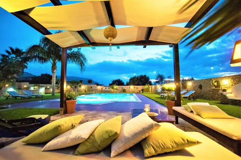 Villa Carta con piscina, holiday rental in Punta Raisi