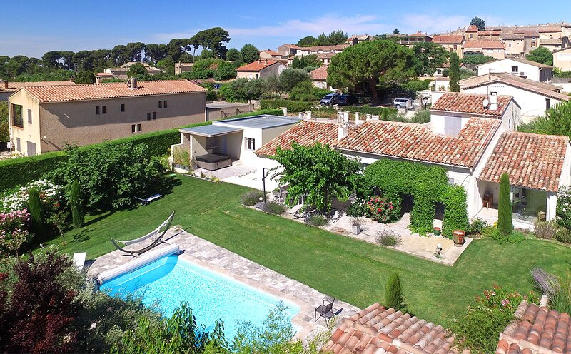 Caromb Villa Sleeps 6 with Pool and WiFi - 5879662, holiday rental in Saint-Hippolyte-le-Graveyron