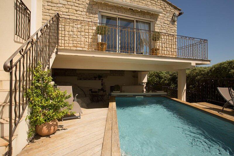 La Roque-sur-Pernes Holiday Home Sleeps 8 with Pool and WiFi - 5879663, holiday rental in La Roque sur Pernes
