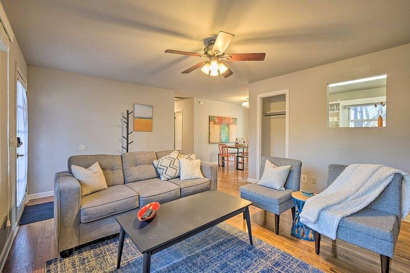 NEW! Pet-Friendly Fayetteville Home < 1 Mi to UARK, location de vacances à Johnson