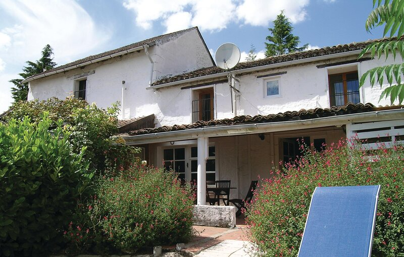 Beautiful home in Sérigny with WiFi, 2 Bedrooms and Outdoor swimming pool (FJV0, holiday rental in Jaulnay