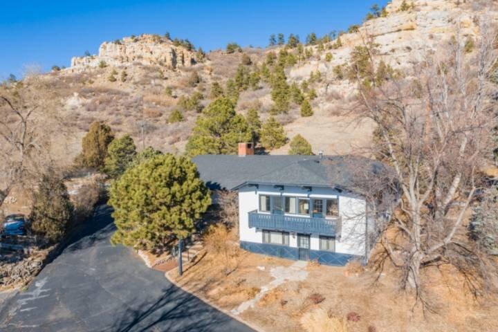 *NEW Chalet* Central Colorado Springs Location, 3 BR, 2 BA, Views, WiFi, Dog Fri, alquiler de vacaciones en Colorado Springs