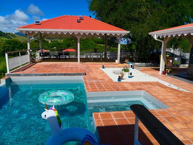 Villa Bwa Kanpech' avec piscine à débordement à 15 minutes de la plage, alquiler de vacaciones en Le Vauclin