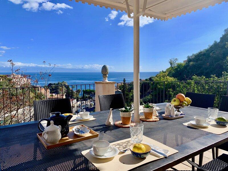 Villa Taormina Beach 6 Bedrooms, alquiler vacacional en Mazzaro